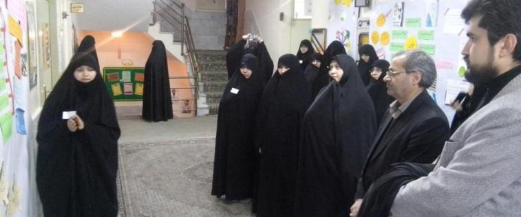 بازدید مدیر کل آموزش و پرورش استان از نمایشگاه « مدرسه انقلاب » انجمن اسلامی دخترانه شهید مطهری(ره) ناحیه ۳ مشهد