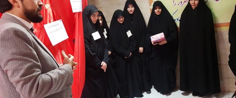 بازدید مسئول اتحادیه استان از «نمایشگاه مدرسه انقلاب» انجمن اسلامی آموزشگاه دخترانه ام ابیها مشهد